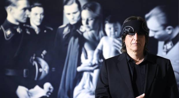 """Gottfried Helnwein vor seinem Bild """"Anbetung der Könige"""", Albertina Wien"""