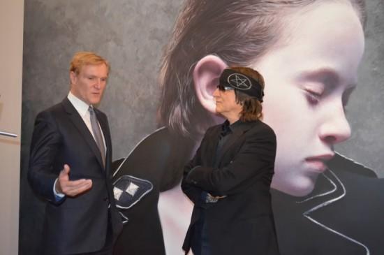 """En el fondo """"The Murmur of Innocents"""", director Klaus Albrecht Schröder con el maestro Gottfried Helnwein al momento de inaugurar la exposición. Foto: Sonia Montiel de Muhm"""